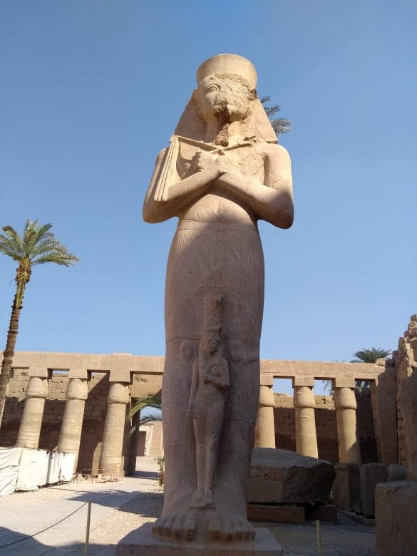 socha faraona v karnaku